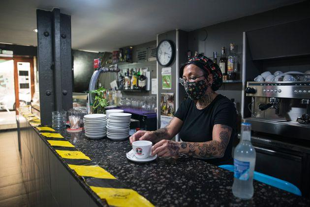 Una camarera prepara un café en un bar de Barcelona el 31 de agosto de 2020 (Cesc Maymo/Getty