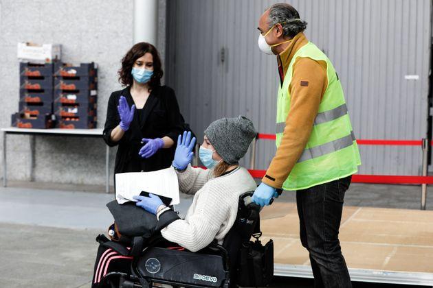 Isabel Díaz Ayuso despide a uno de los pacientes del Hospital de Ifema para afectados por la covid-19,...