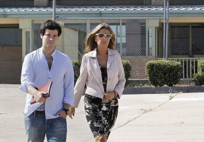Rosalía Iglesias y su hijo, Guillermo Bárcenas, en julio de 2013 saliendo de visitar a Luis Bárcena en la prisión de Soto del Real.
