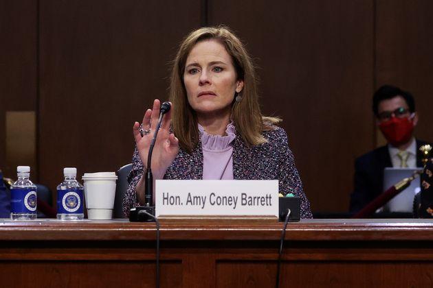 A juíza Amy Coney Barrett, em testemunho no terceiro dia de sua audiência de confirmação...