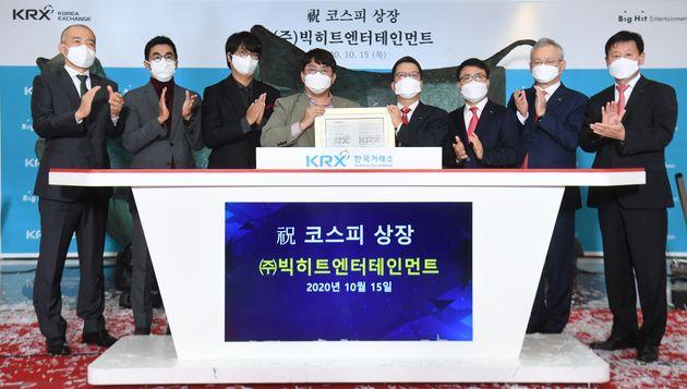 15일 서울 여의도 한국거래소 1층 로비에서 빅히트엔터테인먼트 상장 기념식에서 참석자들이 박수치고