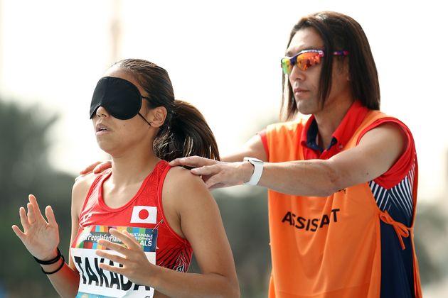 2019年のパラ陸上世界選手権。高田選手(左)と大森コーチ(右)