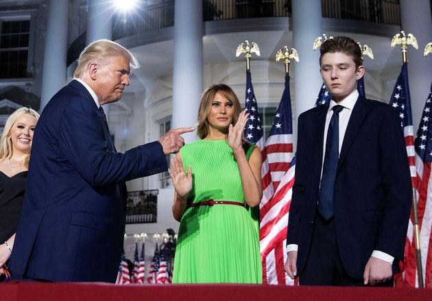 El presidente Trump señalando a su hijo con Melania, Barron, en la Convención Republicana...