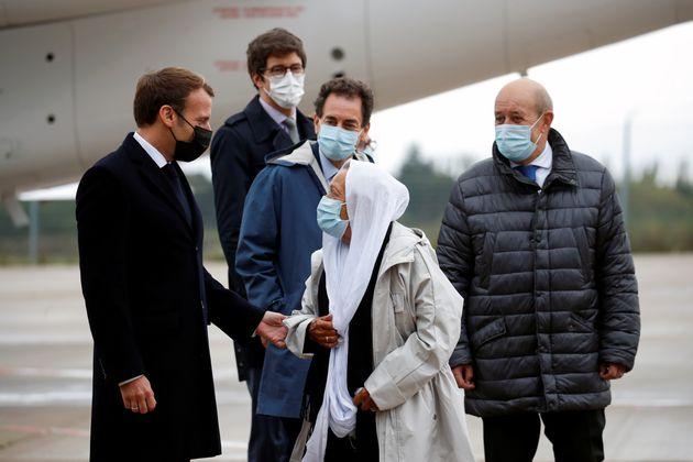 Emmanuel Macron accueillant Sophie Pétronin à l'aéroport militaire de Villacoublay,...