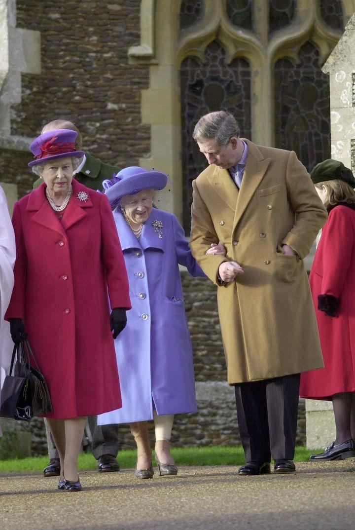 En diciembre de 2000 con su abuela, la reina Madre.