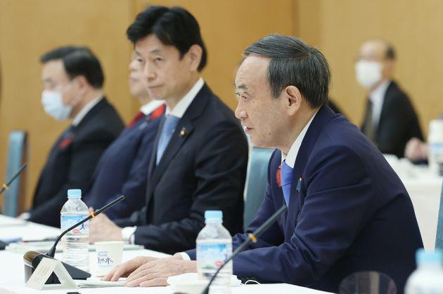 全世代型社会保障検討会議で発言する菅義偉首相(右端)。右から2人目は西村康稔全世代型社会保障改革担当相=首相官邸
