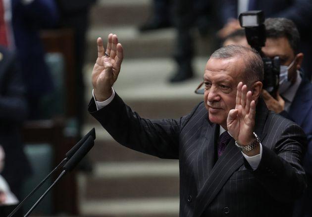 14 Οκτωβρίου 2020 Ο Ερντογάν κάνει τον χαρακτηριστικό χαιρετισμό των Αδελφών Μουσουλμάνων.