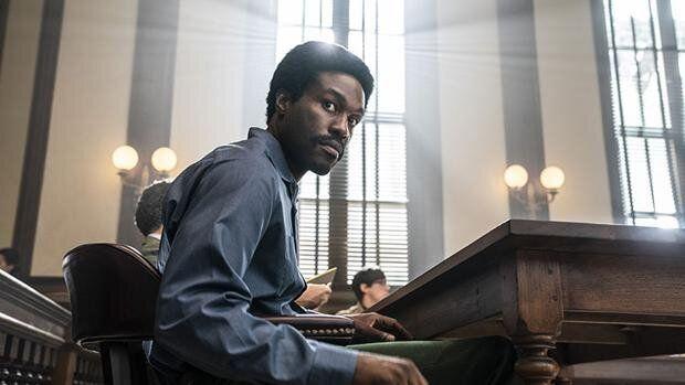Yahya Abdul-Mateen II interpreta a Bobby Seale en 'El juicio de los 7 de Chicago'.