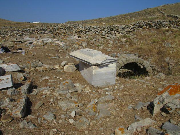 Ταφικός περίβολος με τη σαρκοφάγο της Ρωμαίας Τερτίας Ωραρίας Τρυφέρας και δεξαμενή για τις ταφικές