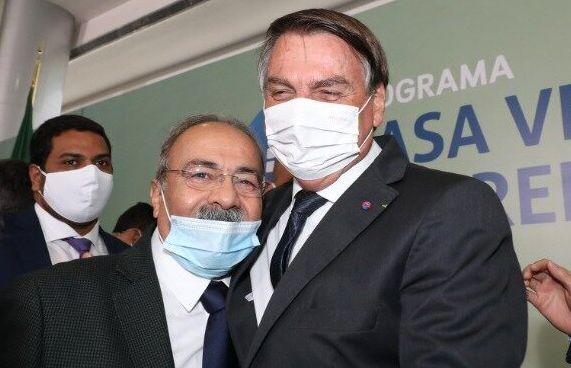 """Bolsonaro já disse ter """"quase uma união estável"""" com senador após..."""
