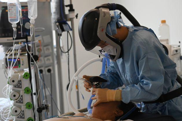 Un médecin effectue une intubation chez un patient souffrant de Covid-19 aux urgences de l'hôpital...