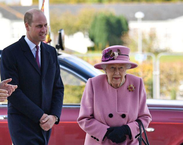 La reine Elizabeth II et le Prince William lors de leur visite au Defence Science and Technology...