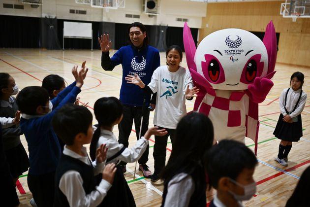 小学校を訪問する高田選手(奥中央)と、大森コーチ(奥左)