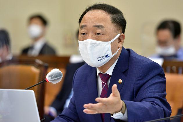 홍남기 경제부총리 겸 기획재정부 장관이 10월 8일 국정감사에서 의원 질의에 답변하고