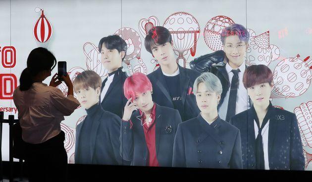 9월 9일 오전 서울 중구 롯데면세점에 BTS의 광고판 앞으로 한 시민들이 사진을 찍고