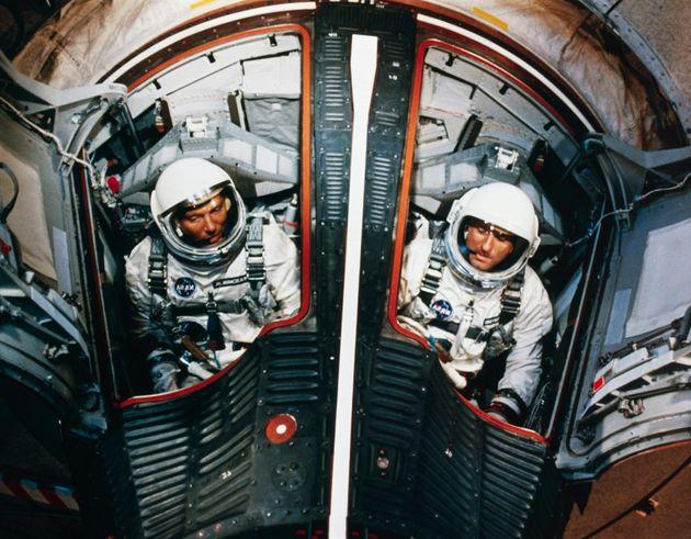 플로리다주케이프커내버럴의케네디우주센터, 제미니 6호 우주선을 타고궤도 비행 훈련을 하고 있는 월터 쉬라와 토마스