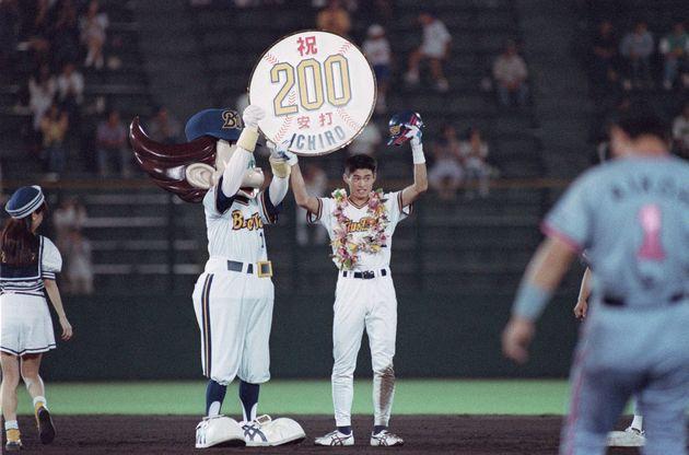 200本目の安打を達成し、声援に答えるオリックス時代のイチロー選手。シーズンでは210安打の大記録を残した。(1994年9月20日撮影)