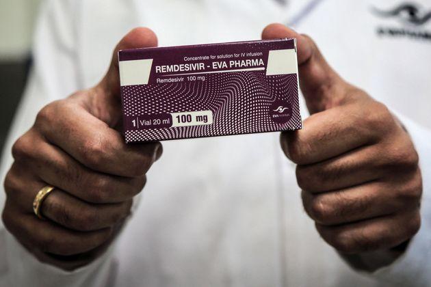 Un employé d'une compagnie pharmaceutique égyptienne tient une boite ed Remdesivir,(Photo...