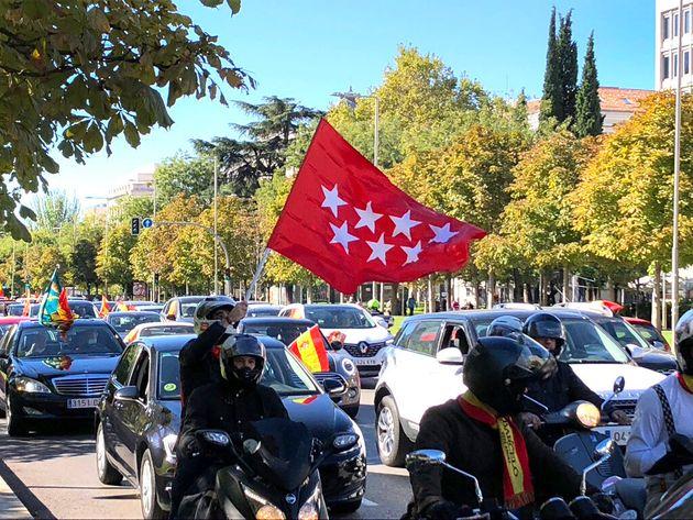 Un joven ondea la bandera de la Comunidad de Madrid el pasado 12 de