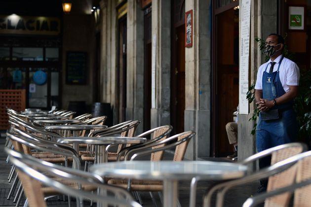 Un camarero espera a los clientes en un restaurante de Barcelona el 14 de octubre, horas antes del cierre...