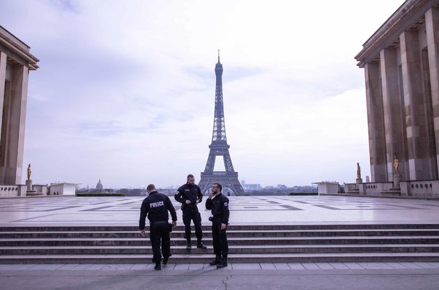 Policías con la Torre Eiffel al fondo en París,