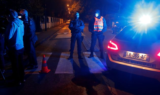 Des policiers barrent la route à proximité du collège de Conflans-Sainte-Honorine...