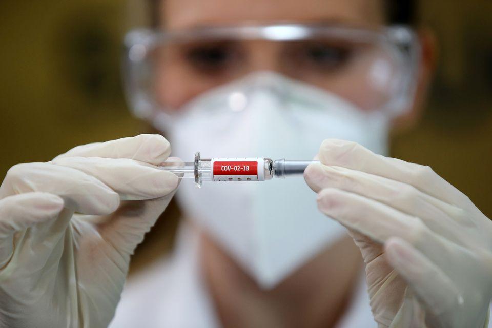Enfermeira segura ativo da vacina chinesa Sinovac, no Hospital São Lucas da Pontifícia...