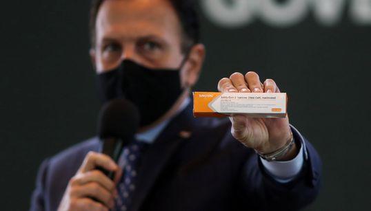 Guerra política e fake news sobre vacina de laboratório chinês ameaçam resposta à covid no