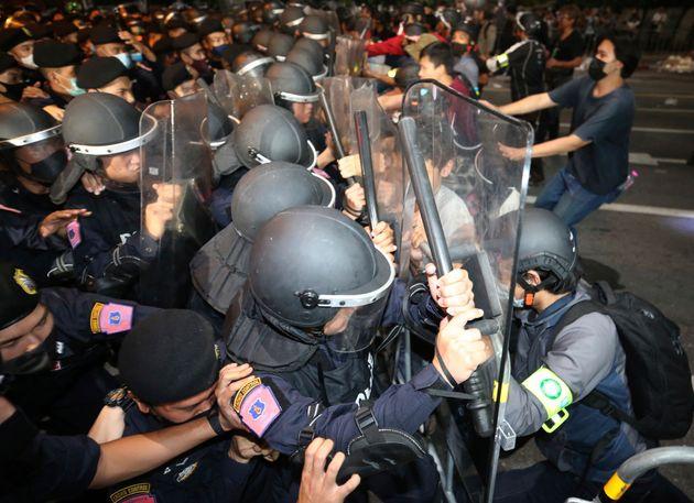 民主化を求めるデモ参加者と押し合いになる警察隊(2020年10月15日)