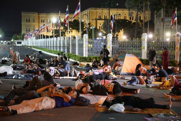 官邸の前で一夜を過ごすデモ参加者(10月15日)