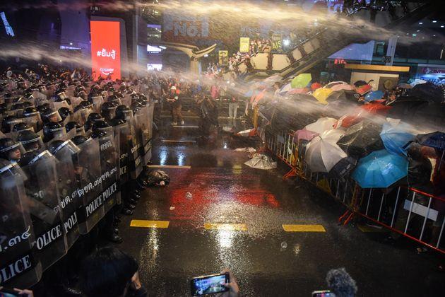 放水車でデモ参加を排除しようとする警察隊(2020年10月16日)