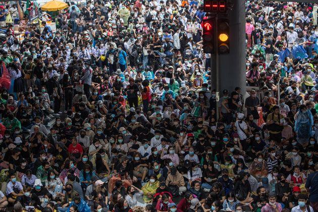 抗議のため集まる数千ものデモ参加者たち(2020年10月16日)
