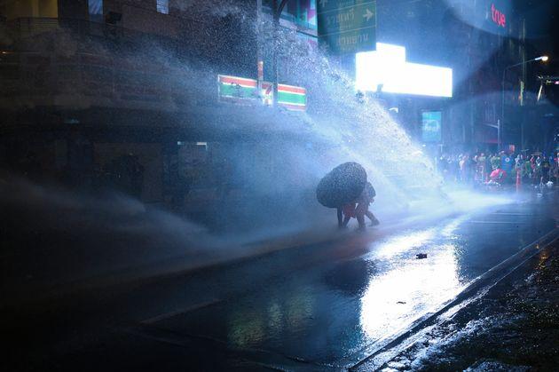 放水を受けながら進むデモ参加者(2020年10月16日)