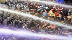 タイの民主化デモ、警察隊とデモ隊が衝突。放水で排除に乗り出した(画像)