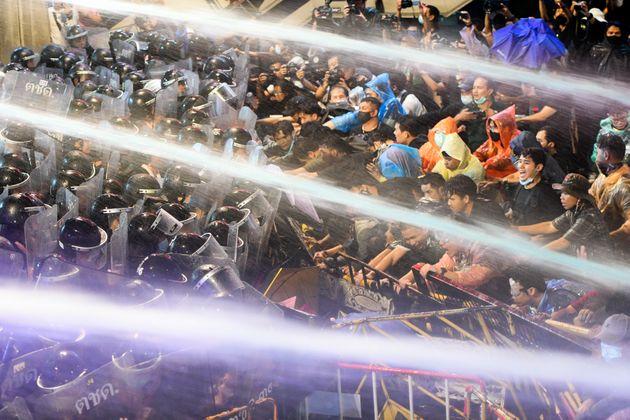 放水が飛ぶ中、警察隊とデモ参加者が対峙している(2020年10月16日)