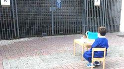 La foto del bimbo davanti alla scuola.