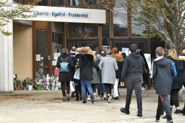 A Conflans-Sainte-Honorine, samedi 17 octobre, au lendemain de la mort du professeur Samuel Paty, décapité,...