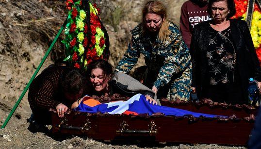 Εικόνες πολέμου: Γονείς που θρηνούν και θάβουν τα παιδιά τους - Ίδιος πόνος για Αρμένιου και