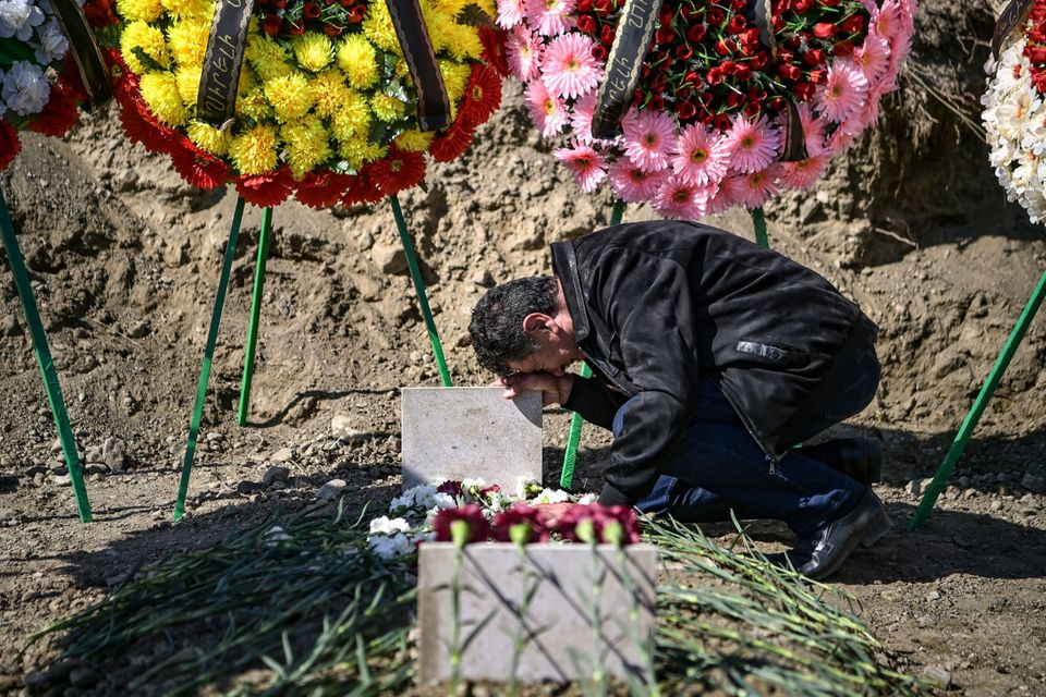 Θρήνος στον τάφο ενός...