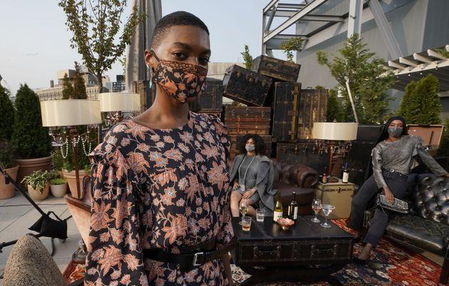 マスクとのコーディネートも。ニューヨークファッションウィークでの一コマ=2020年9月撮影