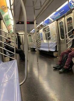 普段はラッシュアワーだという平日午後5時すぎのブルックリンに向かう地下鉄車内=Natasha