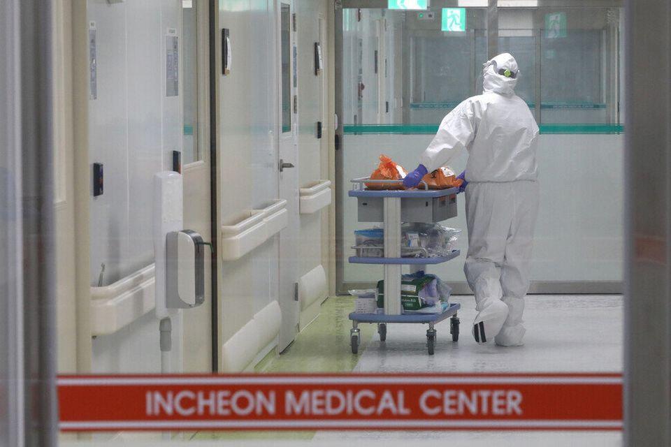 지난 6일 오후 인천의료원 국가지정음압병동에서 의료진이 코로나19 환자 격리병실에 식사와 가족들이 보낸 물품을 들여보내고