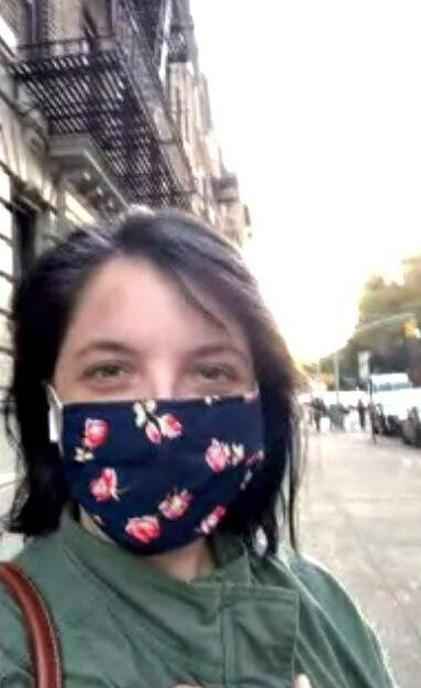ブルックリンの路上で現状を説明するナターシャ・メイドフさん