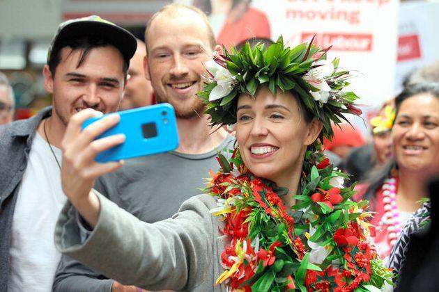 オークランドで10日、選挙運動中に支持者といっしょに記念撮影するアーダーン首相=ロイター