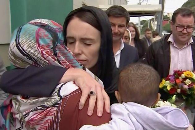 (자료사진) 저신다 아던 총리가 크라이스트처치 이슬람 사원을 겨냥한 백인 우월주의자의 총기난사 테러 희생자들을 추모하며 한 여성을 끌어안고 위로하고 있다. 2019년