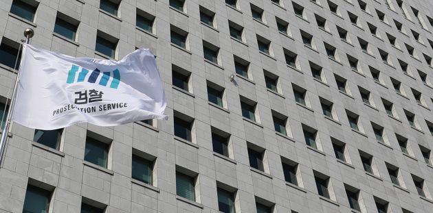 18일 서울 서초구 대검찰청 게양대에 검찰 깃발이 바람에 펄럭이고