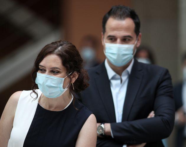 Ignacio Aguado, al fondo, junto a Isabel Díaz Ayuso, presidenta de la Comunidad de