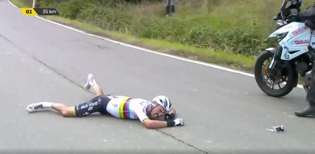 À 35 kilomètres de l'arrivée du Tour des Flandres 2020, Julian Alaphilippe a touché la roue d'une moto...