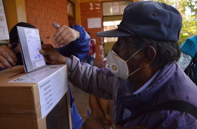 Um indígena lança seu voto em uma seção eleitoral em Quillacollo, Departamento...