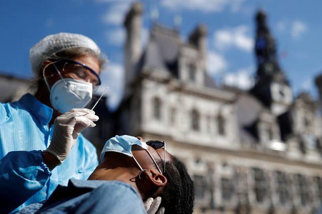 Profissional de saúde realiza o teste RT-PCR em um paciente na